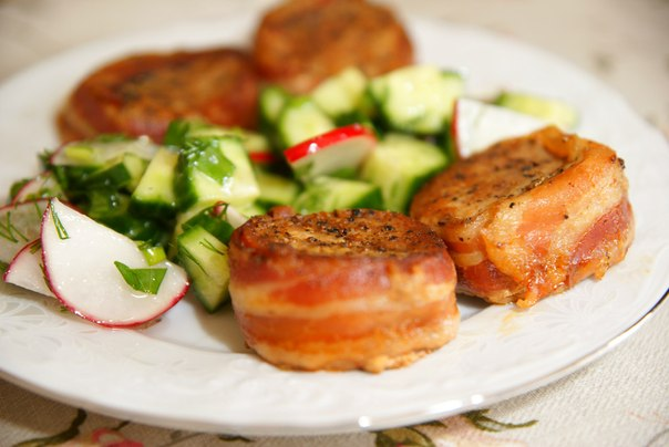 Свиные медальоны в беконе с соусом рецепт 13